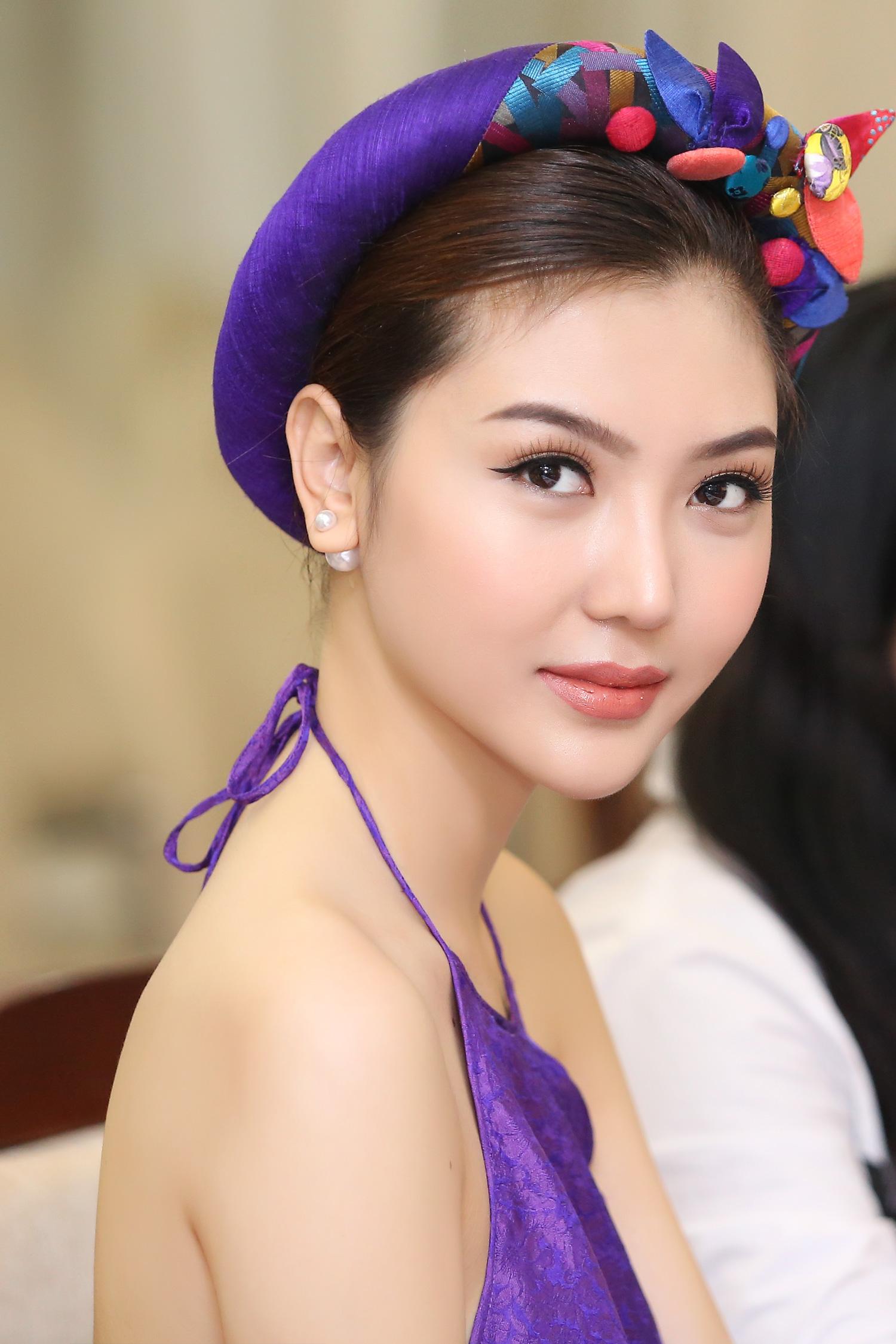Hoa hậu Ngọc Duyên mặc áo yếm gợi cảm đọ dáng cùng dàn mẫu 4
