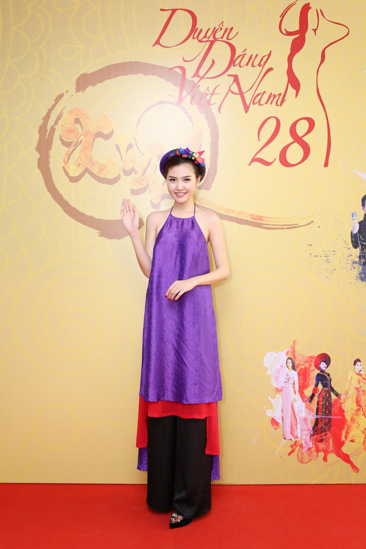Hoa hậu Ngọc Duyên mặc áo yếm gợi cảm đọ dáng cùng dàn mẫu 5