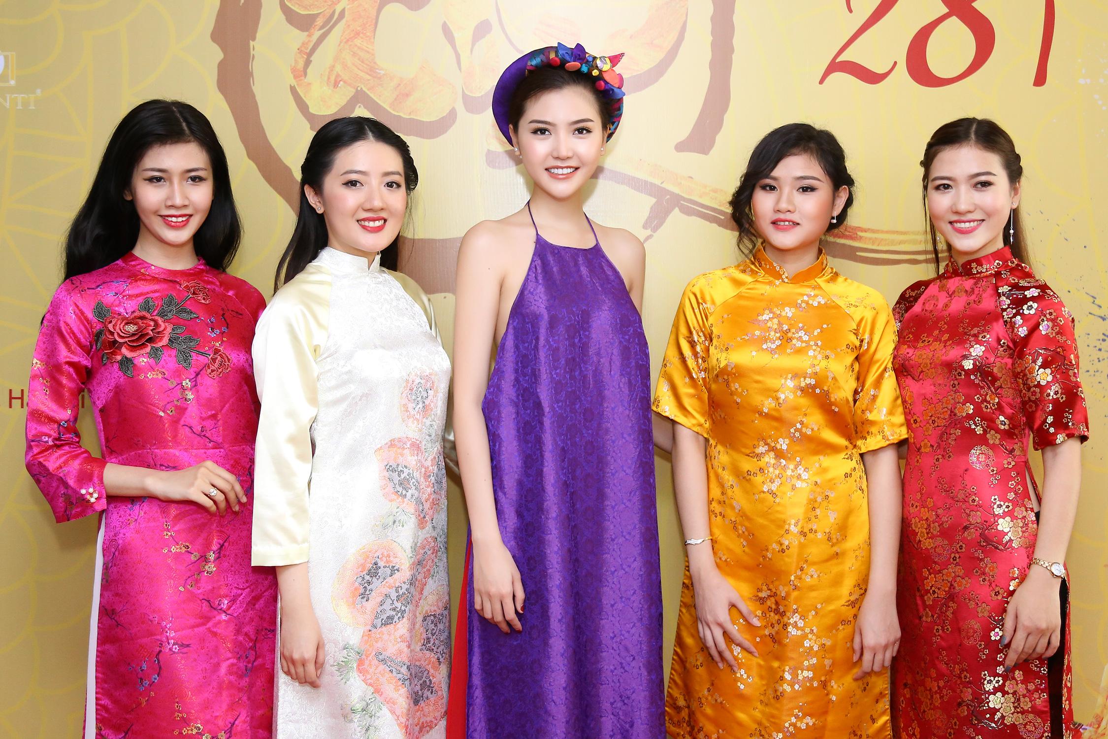Hoa hậu Ngọc Duyên mặc áo yếm gợi cảm đọ dáng cùng dàn mẫu 7