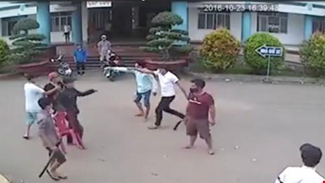 10 thanh niên dùng kiếm truy sát nhau tại bệnh viện bị bắt giam 1