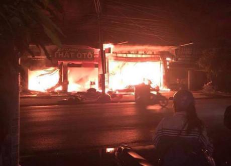 Quảng Ninh: Cháy lớn ở dãy cửa hàng nội thất làm 4 nhà dân vạ lây  1