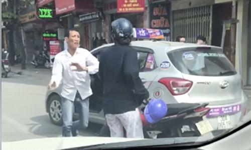 Hình ảnh Va chạm giao thông, tài xế taxi hùng hổ đẩy người phụ nữ xuống đường số 1