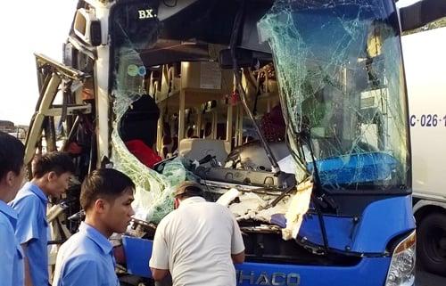 Xe khách giường nằm cố vượt xe tải, 9 người bị thương 1