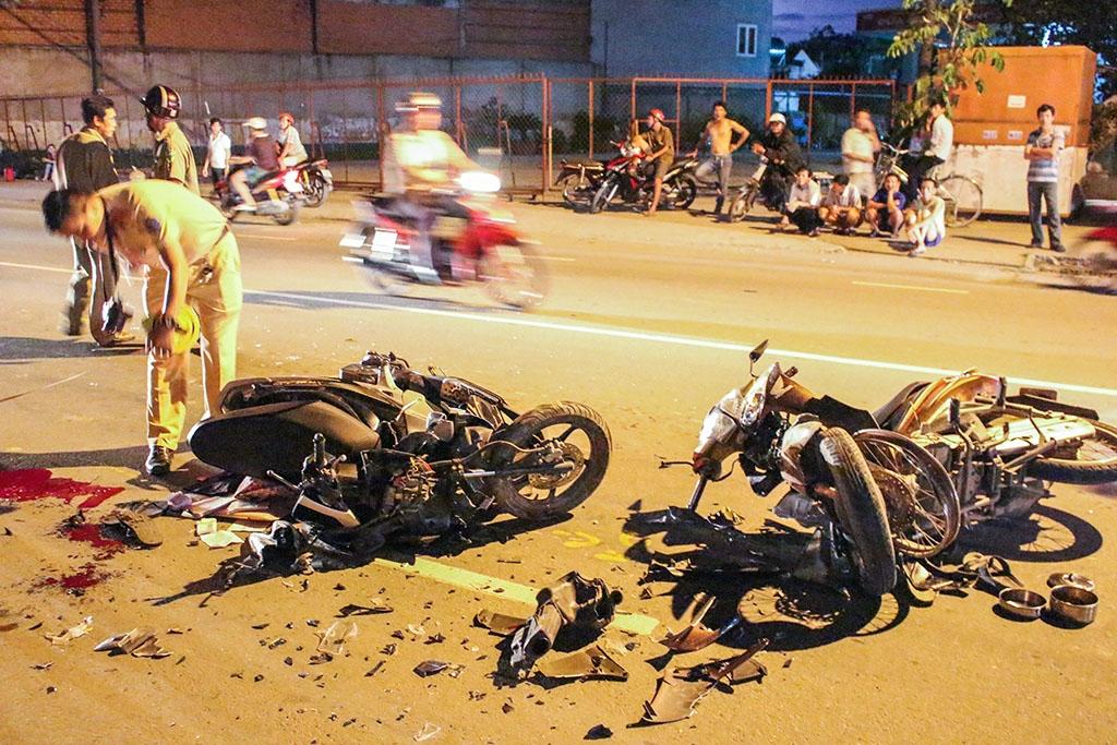 Tai nạn nghiêm trọng: 2 xe máy đấu đầu, 3 người nguy kịch 1