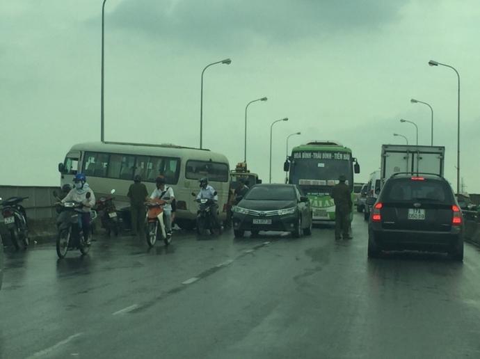 Tin TNGT ngày 24/11: Xe khách mất lái suýt lao xuống sông Hồng 1
