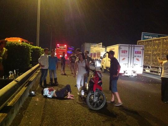 Cán bộ viện kiểm sát chạy mô tô ngược chiều trên cao tốc gặp tai nạn 1