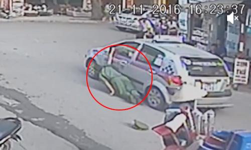 Tài xế taxi kẹp tay, kéo thiếu tá công an hàng chục mét 1