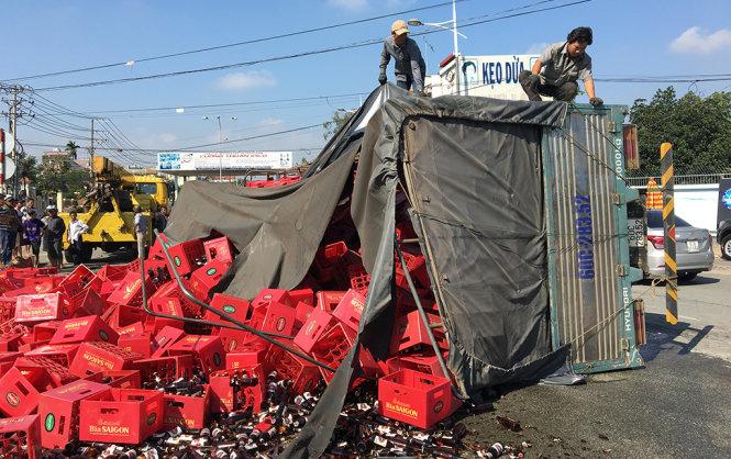 Lật xe chở bia vùi 2 người đi đường ở Đồng Nai 3