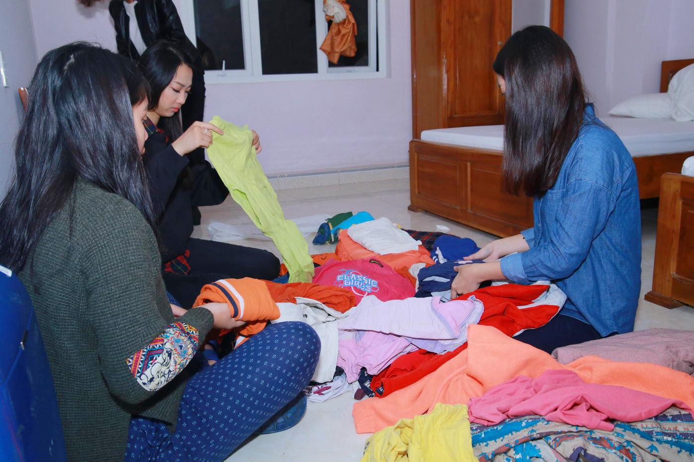 Hoa hậu Mỹ Linh đốn fan bằng sự giản dị khi đi từ thiện 7