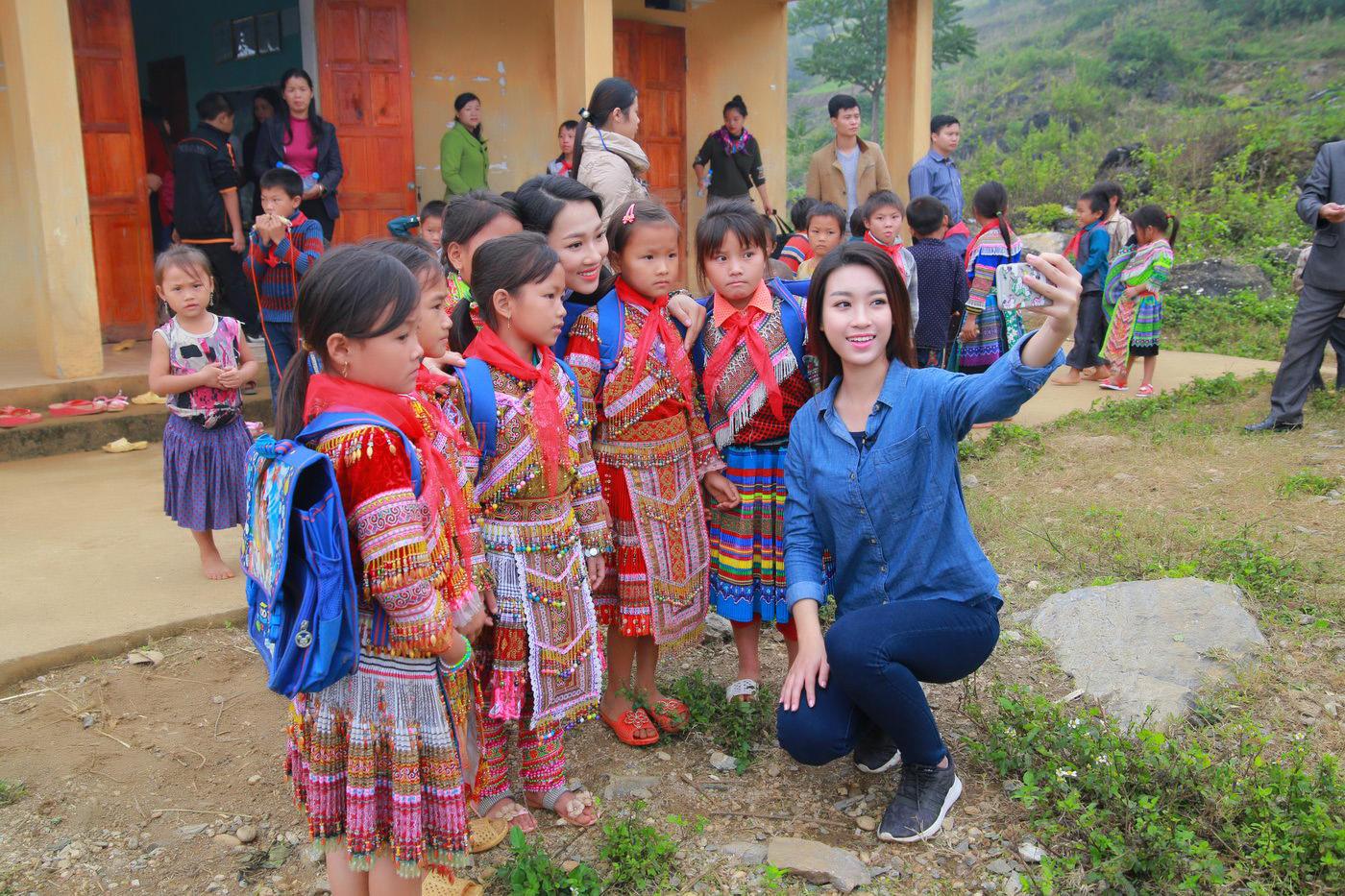 Hoa hậu Mỹ Linh đốn fan bằng sự giản dị khi đi từ thiện 11