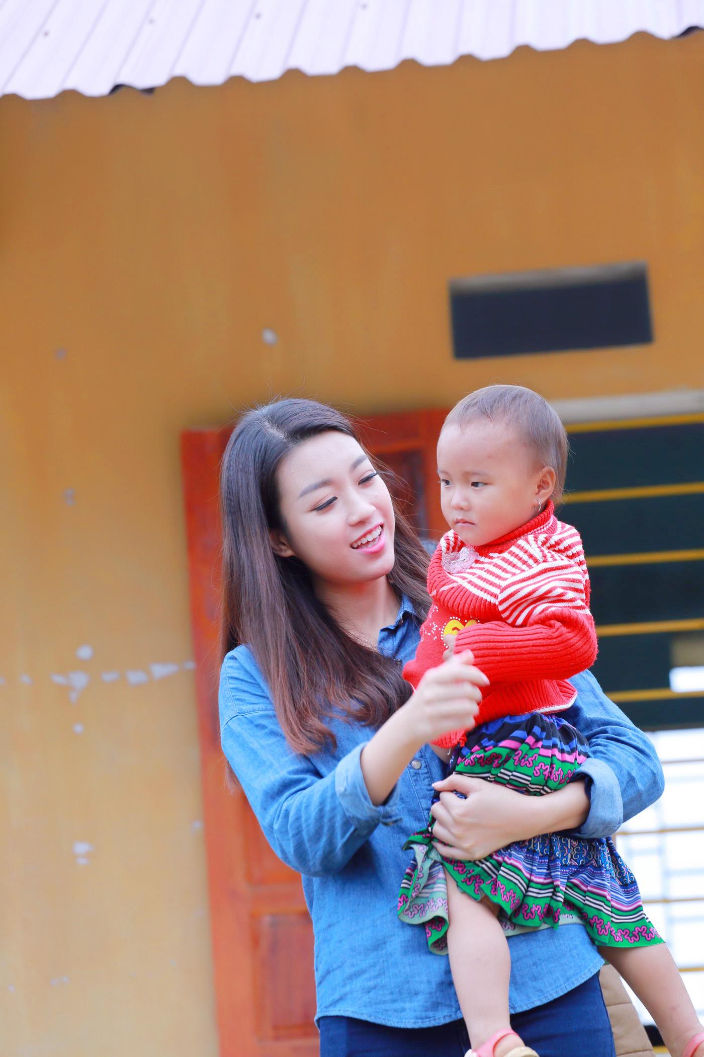 Hoa hậu Mỹ Linh đốn fan bằng sự giản dị khi đi từ thiện 10