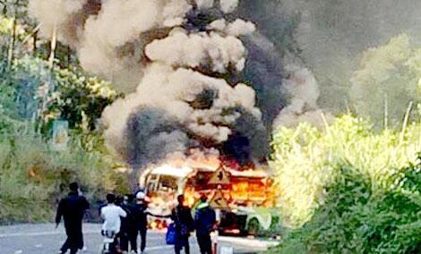Xe khách đâm xe máy, cả 2 bốc cháy làm 1 người Hàn Quốc tử vong 1