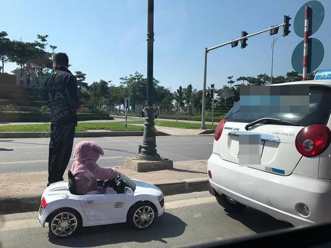 Sốc với hình ảnh cháu bé ngồi ô tô đồ chơi chạy trên đường phố Hà Nội 1