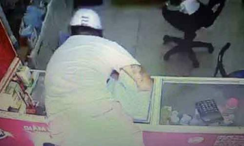 Video: Trộm nhoài người qua quầy thuốc, vơ sạch tiền trong ngăn kéo 1