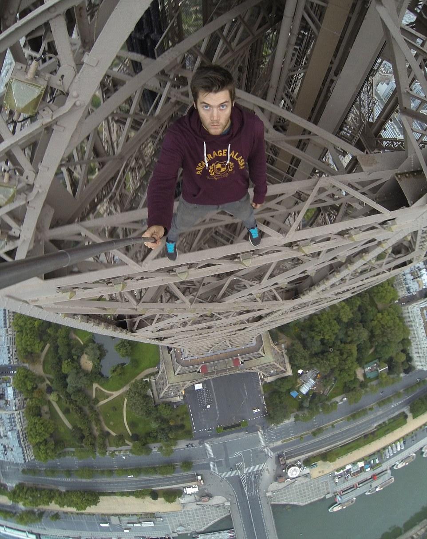 Vận động viên liều lĩnh leo lên tháp Eiffel để selfie 1