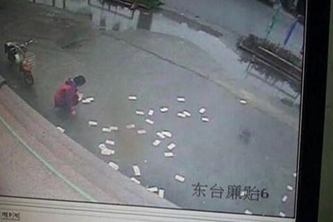 Video: 100 triệu đồng bị gió thổi bay tứ tung, người qua đường nhặt giúp 1