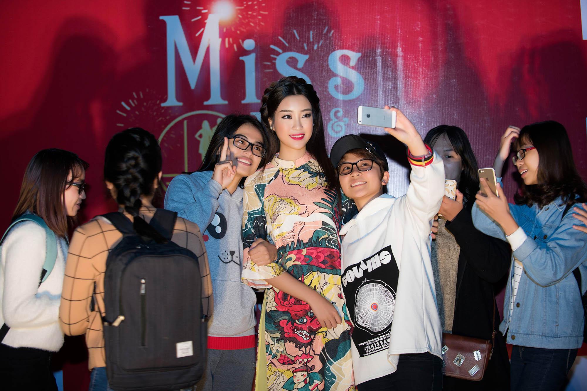 Hoa hậu Mỹ Linh đẹp không tỳ vết khi đi chấm thi nhan sắc 2