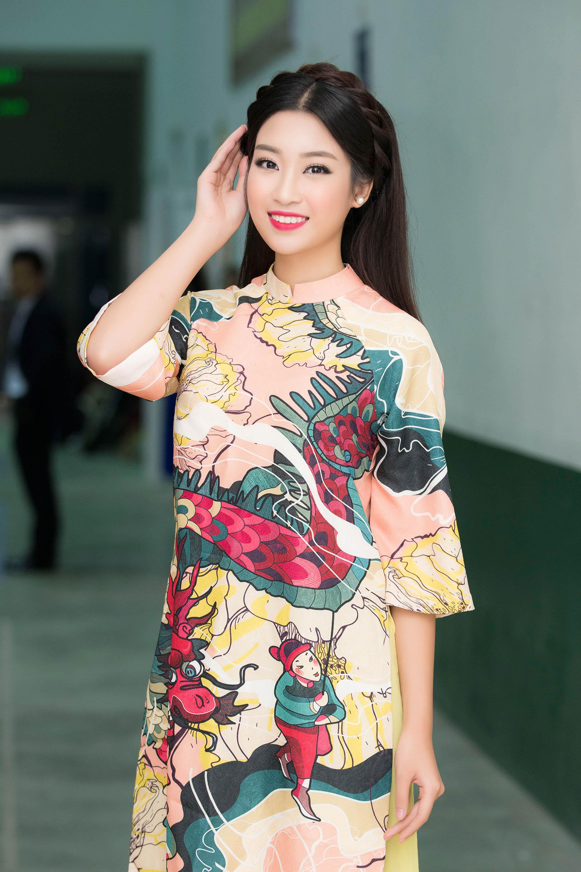Hoa hậu Mỹ Linh đẹp không tỳ vết khi đi chấm thi nhan sắc 1