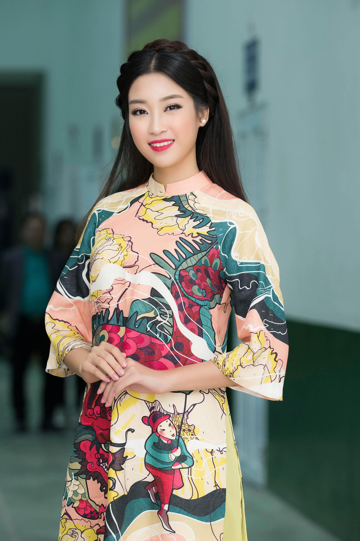 Hoa hậu Mỹ Linh đẹp không tỳ vết khi đi chấm thi nhan sắc 7