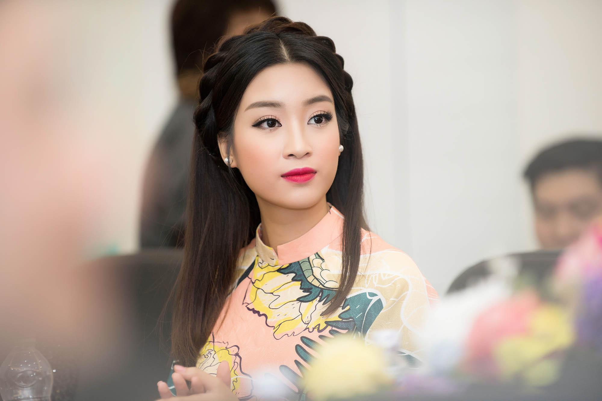 Hoa hậu Mỹ Linh đẹp không tỳ vết khi đi chấm thi nhan sắc 8