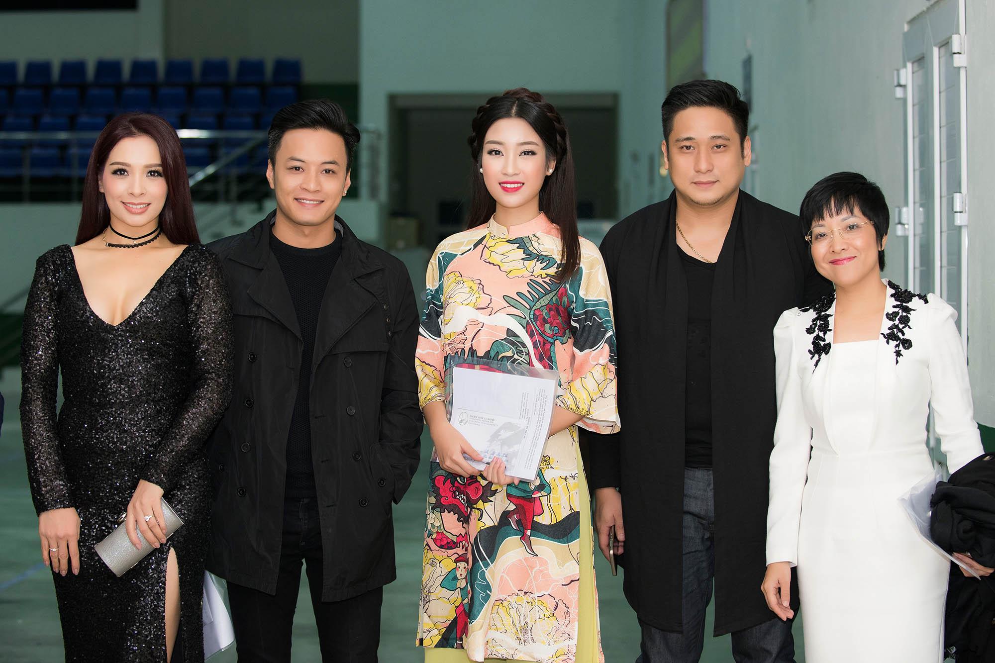 Hoa hậu Mỹ Linh đẹp không tỳ vết khi đi chấm thi nhan sắc 5