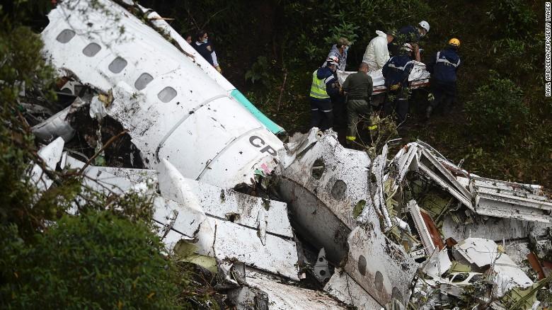 Vụ rơi máy bay chở đội bóng Brazil: Cứu sống một cầu thủ từ đống đổ nát 1