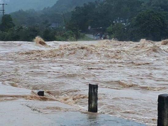 Mưa lũ ở miền Trung diễn biến phức tạp, cảnh báo sạt lở đất 1