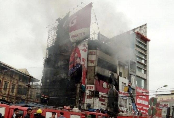 Cháy lớn siêu thị điện máy gần chợ Xuân Mai, Hà Nội 3