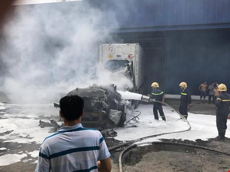 Xe container chở thanh long ở Bình Thuận bốc cháy dữ dội, thiệt hại tiền tỷ 1