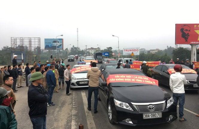 Dân đưa 30 ô tô chặn đứng cầu Bến Thủy phản đối thu phí 1