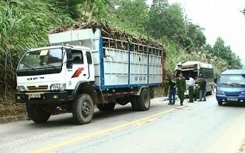 Xe khách đâm xe tải, 11 người bị thương 1
