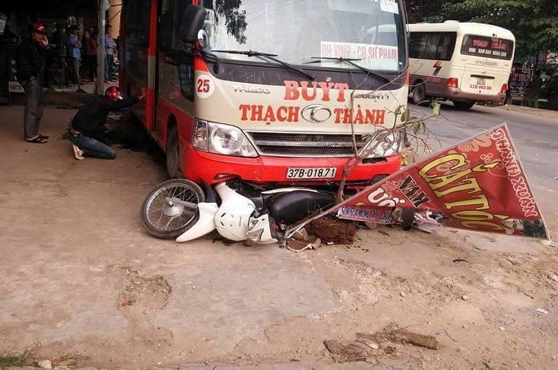 Xe buýt mất lái tông hàng loạt xe máy, 2 người thương vong 1