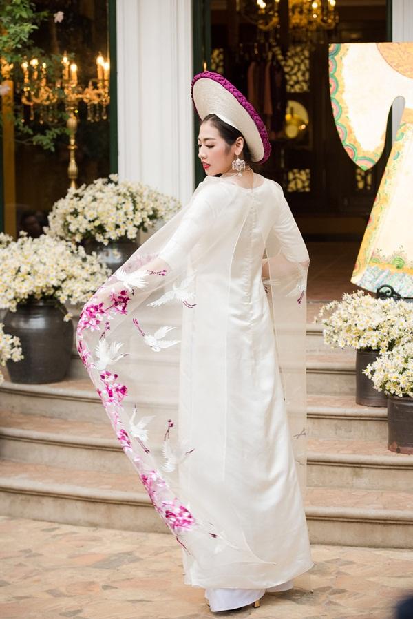 Á hậu Tú Anh đẹp hút hồn khi diện áo dài của NTK Lan Hương 7