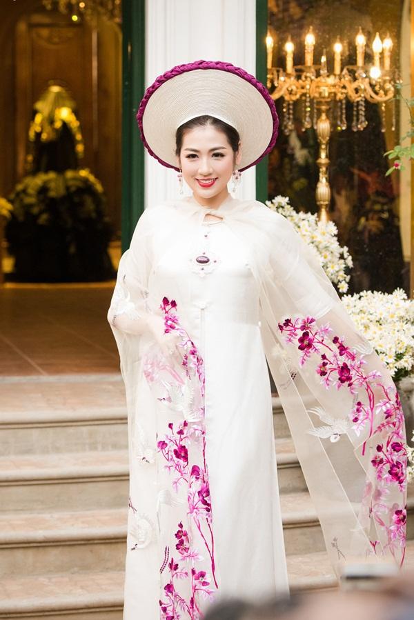 Á hậu Tú Anh đẹp hút hồn khi diện áo dài của NTK Lan Hương 8