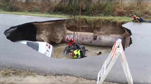 Hố tử thần nuốt chửng 2 xe hơi, khiến phó cảnh sát trưởng thiệt mạng 1