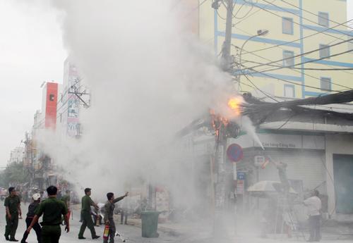 Cột điện bốc cháy dữ dội ở Sài Gòn, người dân hoảng loạn bỏ chạy 1