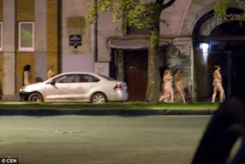 Ba nữ đạo chích Mexico bị bắt thoát y diễu phố 2