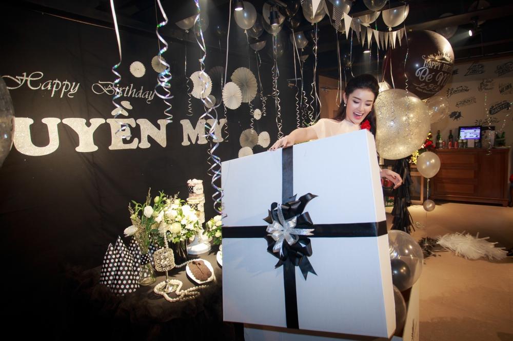 Á hậu Huyền My vẫn tất bật đi làm trong ngày sinh nhật 13