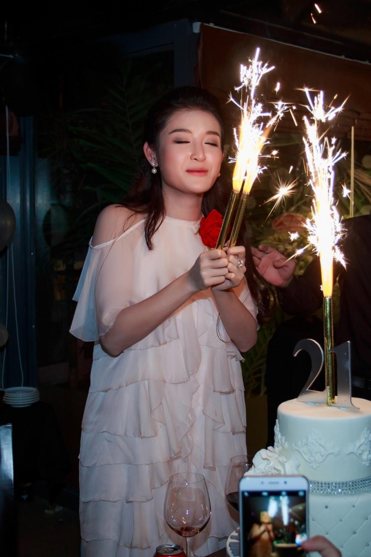 Á hậu Huyền My vẫn tất bật đi làm trong ngày sinh nhật 10
