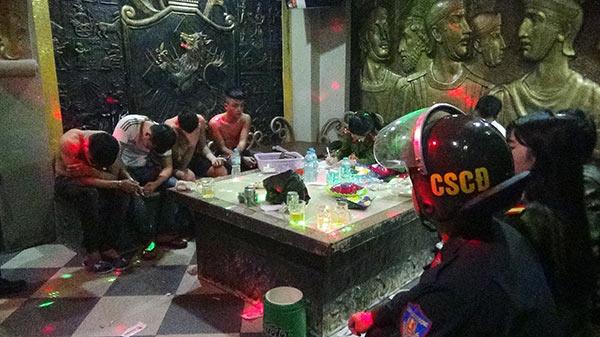 Hàng chục công an đột kích quán karaoke, phát hiện 15 thanh niên đang