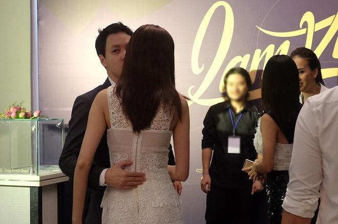 Bắt gặp Hoa hậu Đặng Thu Thảo được bạn trai ôm hôn trong hậu trường 2