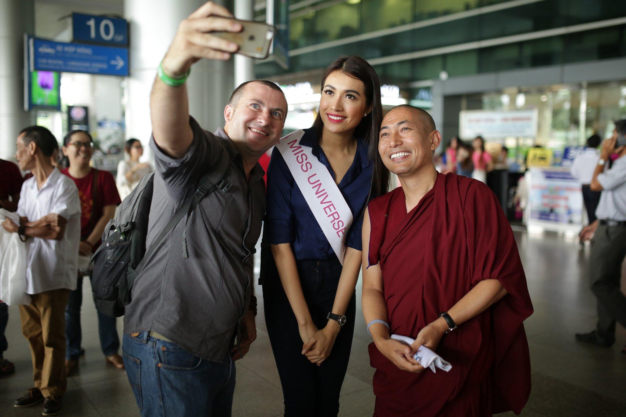 Á hậu Lệ Hằng ôm fan thắm thiết tại sân bay 8