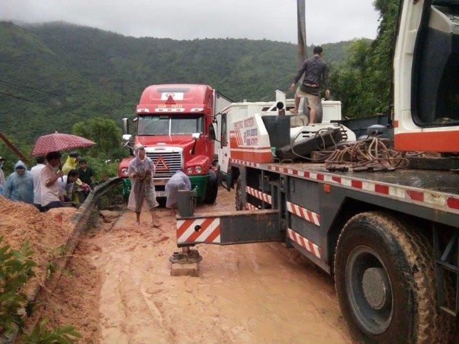 Đất đá lở xối xả trên đèo Cả, giao thông trên quốc lộ 1 tê liệt 1