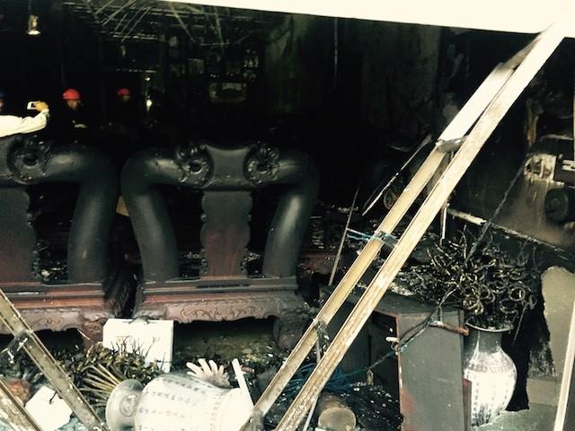 Gần 100 cảnh sát PCCC giải cứu 4 người trong căn nhà 3 tầng bốc cháy 1