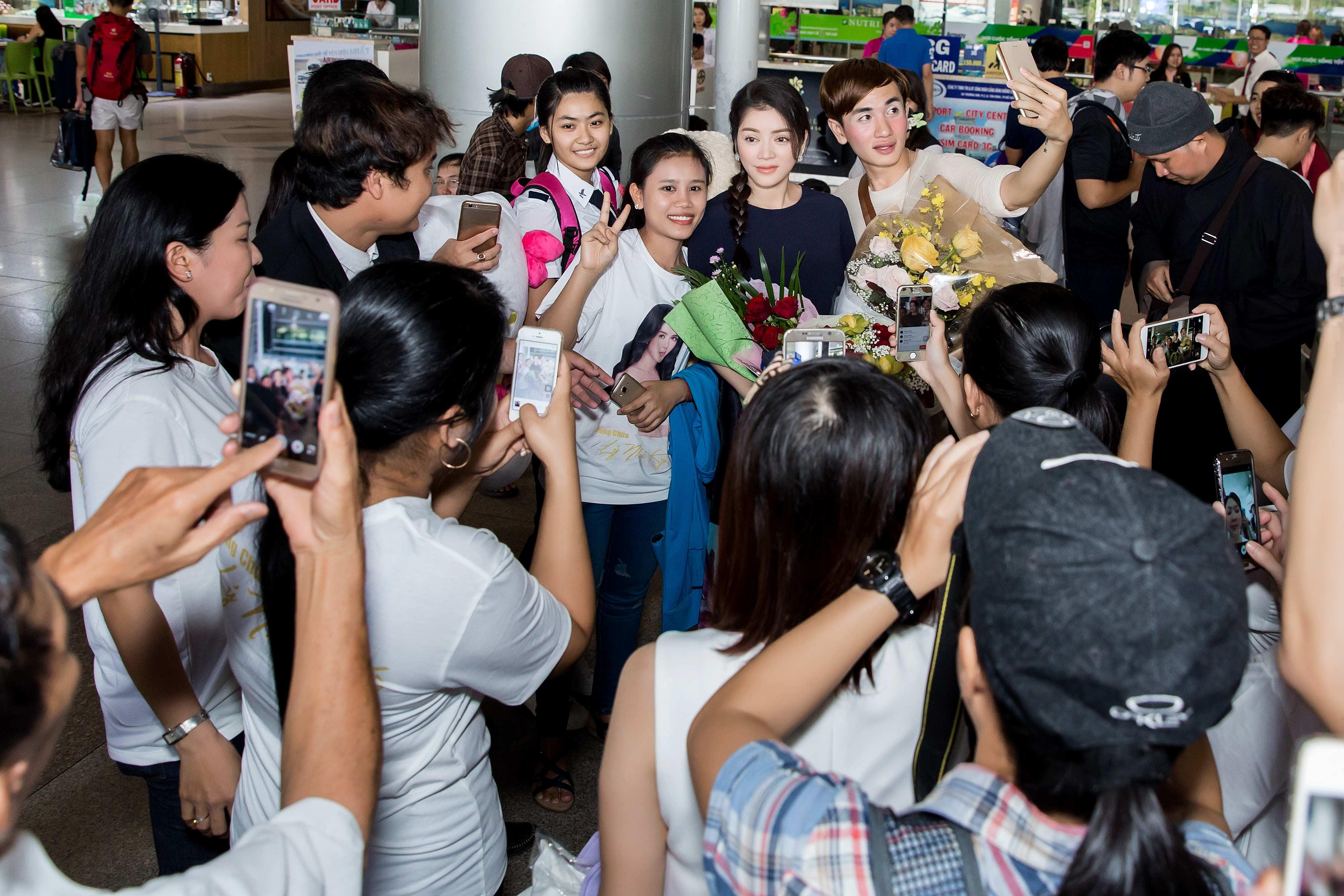 Lý Nhã Kỳ xinh đẹp trong vòng vây fans ở sân bay 2
