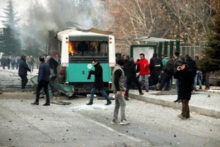 Đánh bom xe chở binh sĩ, 61 người thương vong 1