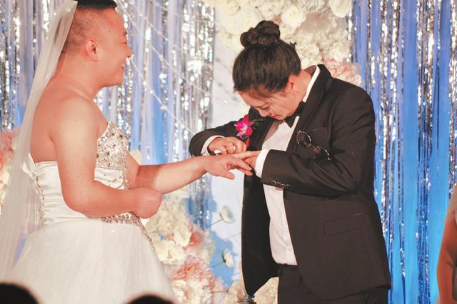 Hình ảnh Hy hữu cô dâu chú rể đổi trang phục cho nhau trong đám cưới số 1