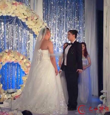 Hình ảnh Hy hữu cô dâu chú rể đổi trang phục cho nhau trong đám cưới số 2