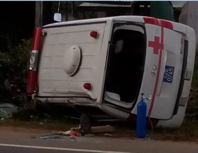 Xe cứu thương gặp tai nạn, bệnh nhân chết tại chỗ 1