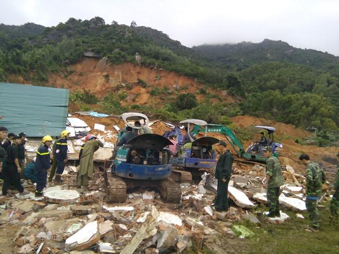 Sạt lở đất ở Nha Trang: Hai người chết, 10 người bị thương 1